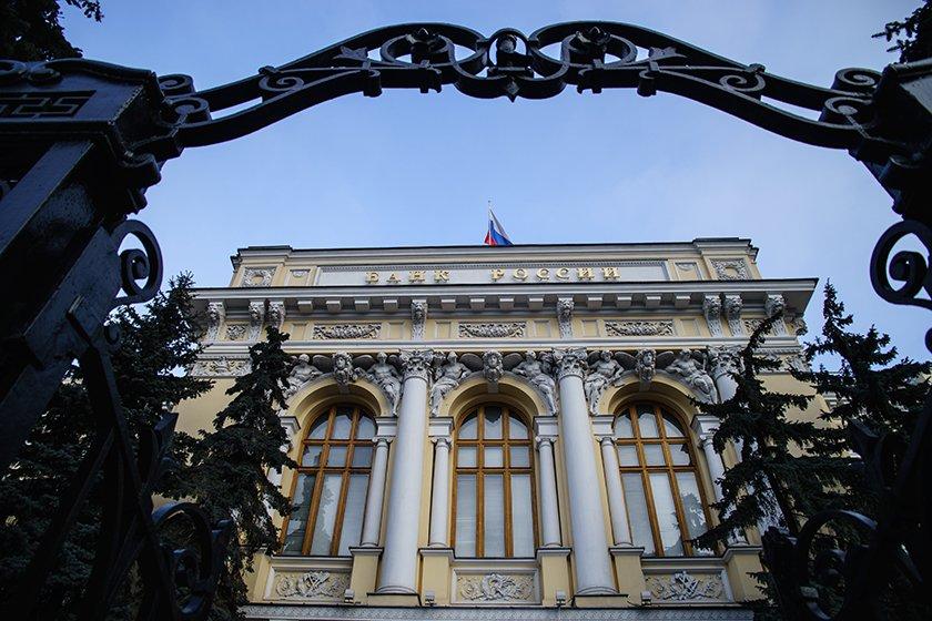 ЦБ оценил чистый отток капитала частного сектора из России за январь — февраль в 12,7 млрд долларов