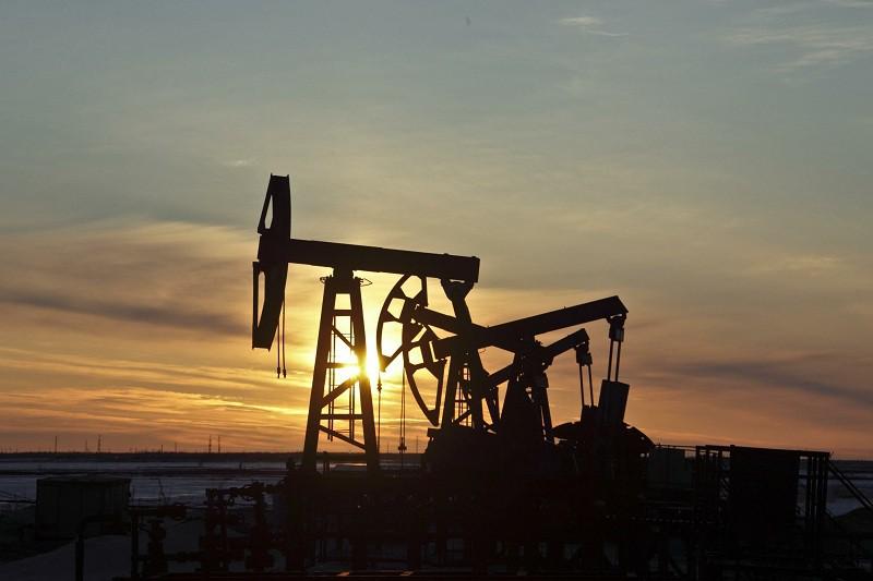 Мировые цены на нефть потеряли по итогам торгов четверга более чем по доллару