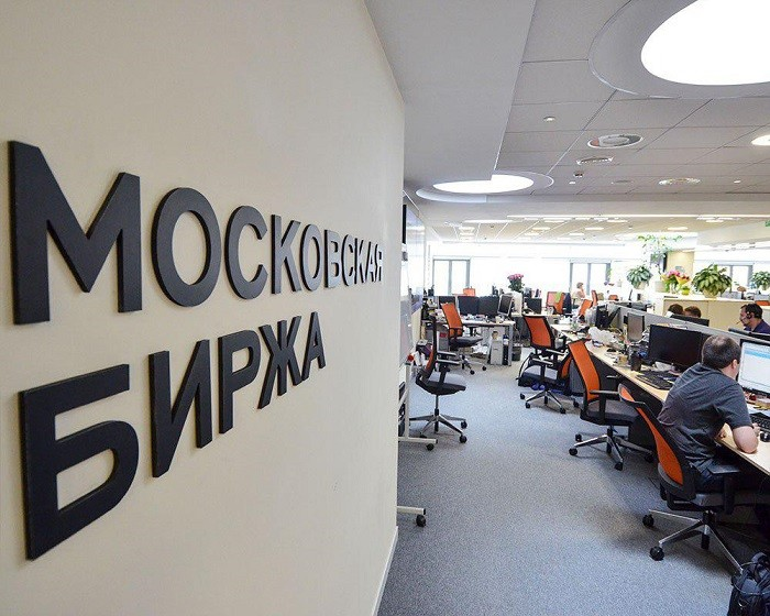 Фондовые торги в РФ завершились обвалом индексов